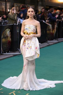 Lily Collins in Giambattista Valli e Cartier alla premiere of Tolkien, London
