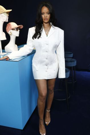Rihanna in una sua creazione al lancio di Fenty, Paris