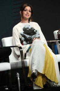 Anna Hathaway in Valentino al Television Critics Association press tour