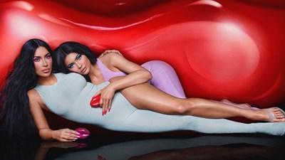 Kim Kardashian e Kylie Jenner presentano il loro profumo