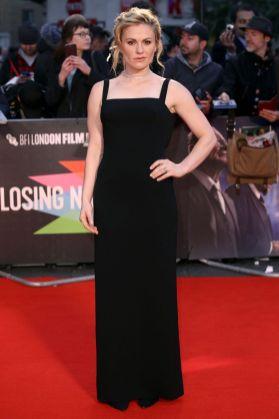 Anna Paquin in Emilia Wickstead e gioielli Piaget alla premiere of The Irishman.