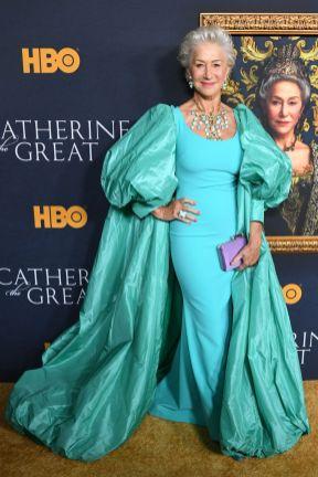 Helen Mirren in Badgley Mischka alla premiere of Catherine The Great.