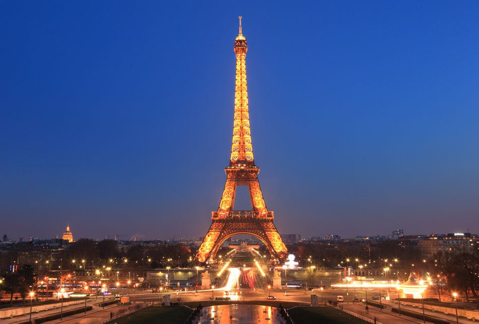 A picture of the Eiffel Tower at night