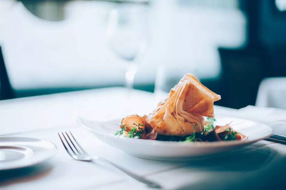 Необычная тарелка в ресторане изысканной кухни
