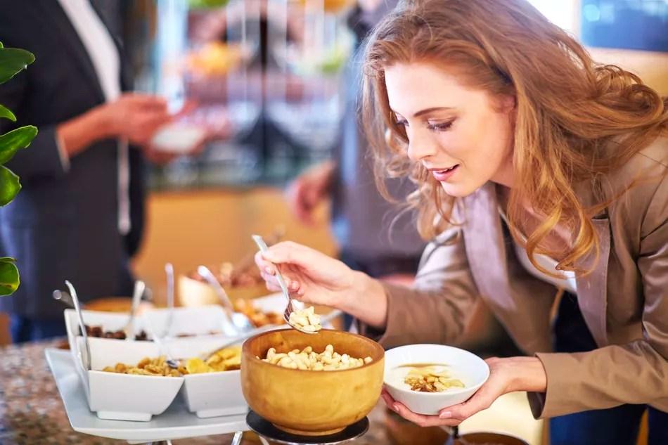 Женщина получает еду в буфете