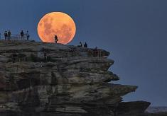 Nation Celebrates SuperMonday One Day After SuperMoon