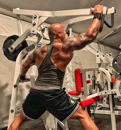 The Rock wide one-arm pulldown