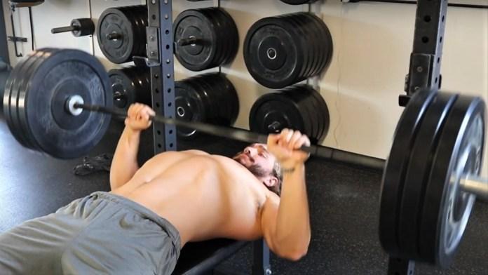 Chris Hemsworth bench press