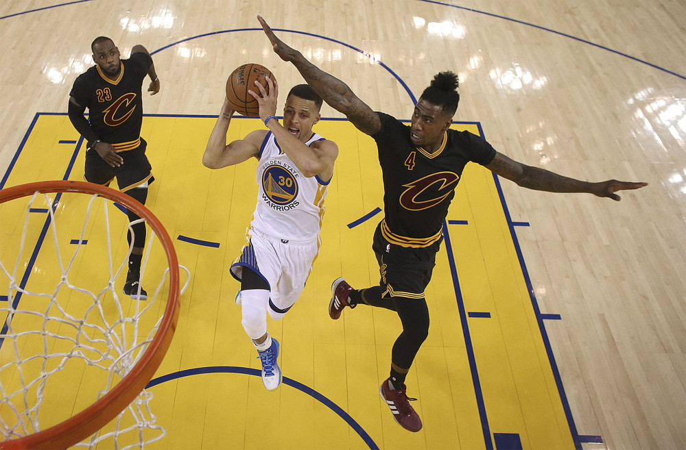 June 13, 2016 - Oakland, California, U.S - Golden State Warriors guard Stephen Curry (30) shoots between Cleveland Cavaliers forward LeBron James (23) and guard Iman Shumpert (4) during the first half of Game 5 of the NBA Finals Oracle Arena. (Prensa Internacional/Zuma Press/Icon Sportswire)