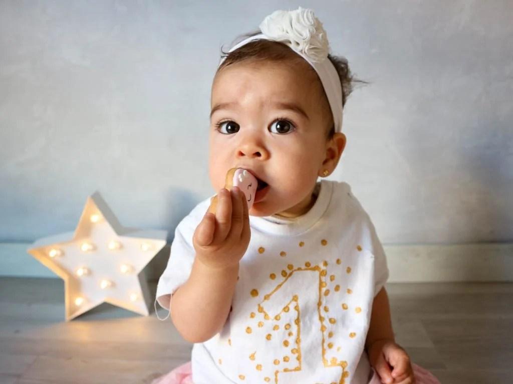 bebe comiendo galleta