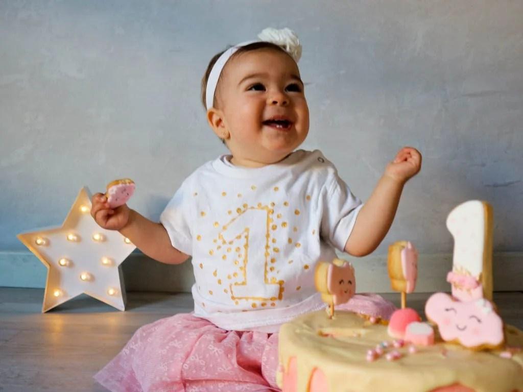 bebe riendo detras de una tarta