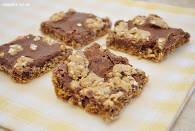 Easy and Yummy Oatmeal Fudge Bar Cookies at thebensonstreet.com