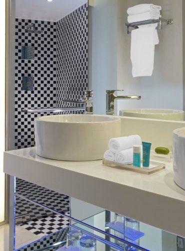 who1444gb-158610-standard-bathroom