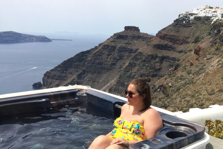 santorini, Josine Wille, thebiggerblog, reisblog, travel blog, plussize blogger, plussize girls travel too, fat girls travel too, trading flip flops for heels, not accessible for high heels, travel blog, Greece, greek, budget Santorini