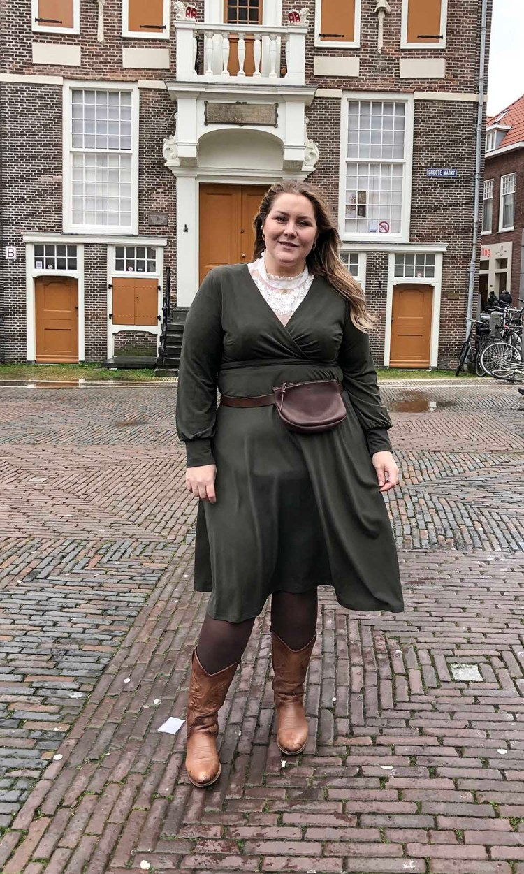thebiggerblog, navabi, plussize blogger, annalisa, plussize fashion, grote maten, groene jurk, groene wikkeljurk, a-lijn jurk, heuptas grote maten, plussize fannypack, leather belt big size, western boots wide fit, Josine Wille, instagram, influencer, plus-size, Haarlem, mode blog, fashion blog, streetstyle, 2020