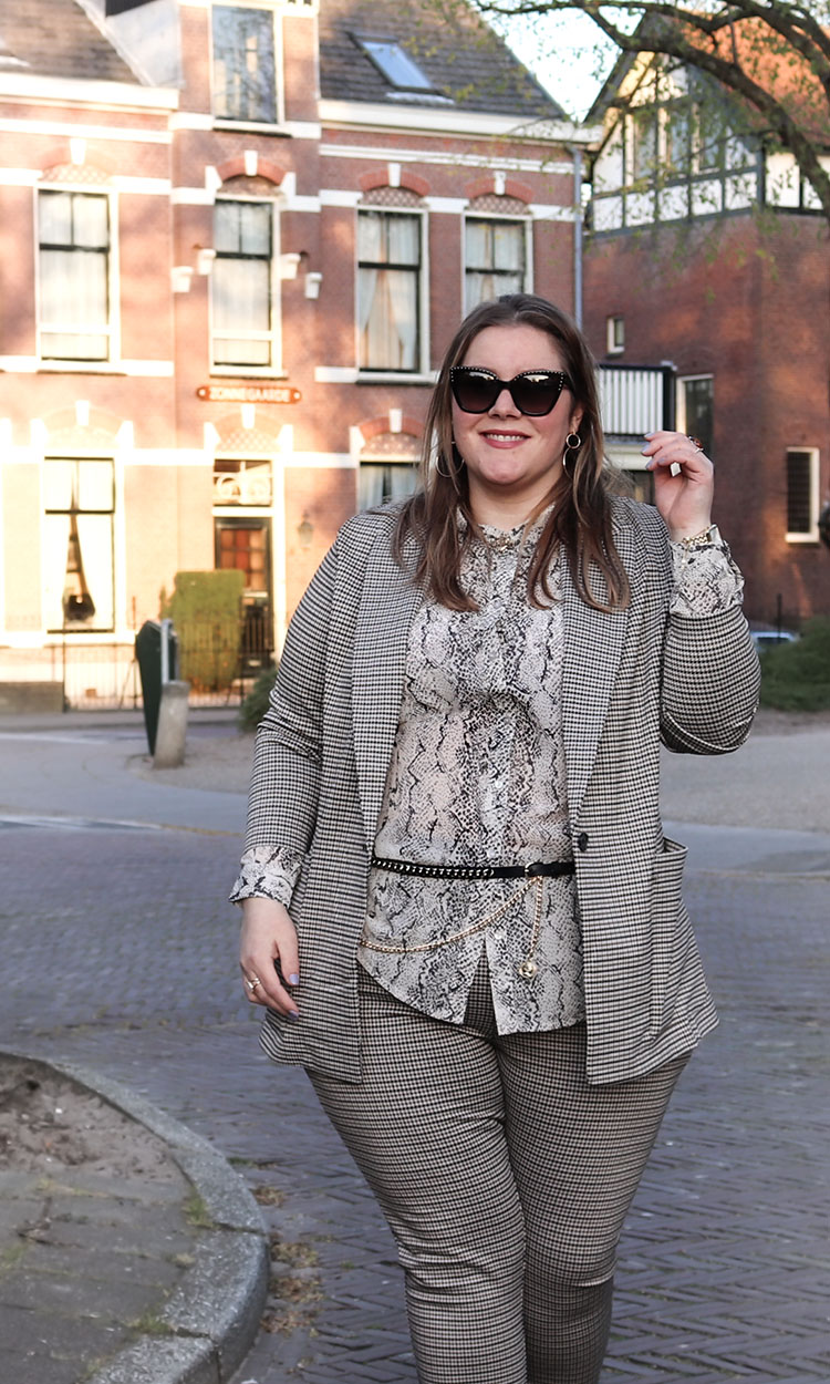 plus size fashion blogger, Josine Wille, thebiggerblog, Moschino zonnebril, Moschino black sunglasses with studs, tricot pak, jersey suit, comfortable women's suit, check suit, geruit pak, tricot blazer, tricot blazer grote maten, plussize tricot blazer met ruit, plussize blazer ruit, H&M, hennes plussize, H&M grote maten, Hennes en Maurits grote maten, pak maat 48, pak maat 50, suit size 18, women's suit size 20, women's suit size 22, plus size belt, leren riem grote maten, happy size, slangenprint blouse, blouse grote maten, blouse dikke bovenarmen, beige blouse met dierenprint, grote maten mode, plussize fashion, mode blog, body positivity, body confidence, body neutral, body neutrality, love the skin you're in, size happy