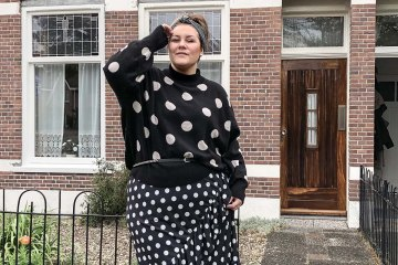 2020, theBiggerBlog, plussize fashion blog, happy size, plussize fashion, grote maten mode, plussize rok, polkadot skirt, black and white polkadot, zwart met witte stippen, stippenprint, dot print, plussize polkadot skirt, plussize polkadot jumper, polkadot pullover, H&M, Hennes & Maurits, socks in sandals, sokken in sandalen, kousen in open schoenen, kousenvoetjes met print, maat 48, maat 50, stippen rok maat 50, bulushop, glitter haarband, haarband die niet afzakt, mode blog, fashion blogger, content creator, plussize influencer, body positive blogger, body neutral blogger, body positive influencer