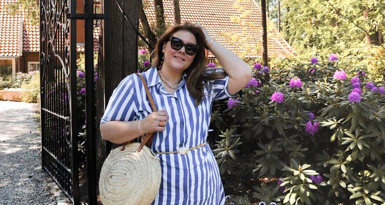 thebiggerblog, size happy, happy size, plussize fashion blog, grote maten mode, maat 48, maat 50, blouse jurk, gestreepte blouse jurk, blauw wit strepen, lange blouse, zomer blouse, plussize blouse jurk, plussize blouse dress, asos belt, elasticated belt, gold belt plussize, landgoed de Holtweijde, fashion blog, mode blog, 2020, zomer 2020 mode, plussize mode, plussize fashion, grote maten mode, grote maten goedkope kleding, budget tips plussize, budget tips grote maten