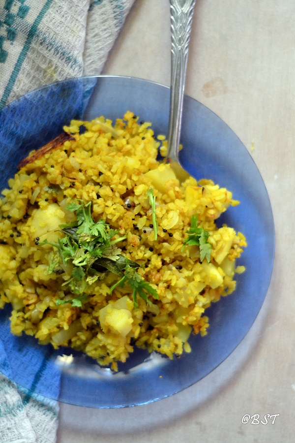 Aloo Poha | Batata Poha ~ Beaten Rice Flakes with Potatoes