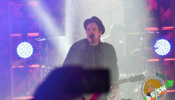 "Fall Out Boy performers ""Centuries"" at the 2015 mtvU Woodie Awards"