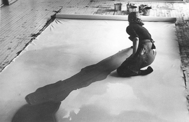 https://i2.wp.com/www.thebohmerian.com/wp-content/uploads/2011/12/Jewish-American-abstract-expressionist-painter-and-artist-Helen-Frankenthaler-photographed-working-in-her-new-york-studio-by-Austrian-photographer-Ernst-Haas-2.jpg