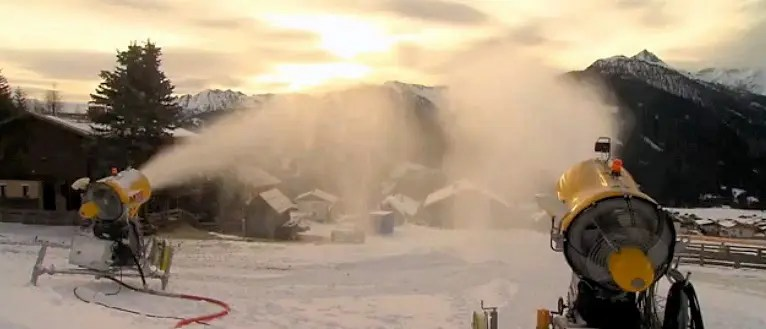 Snow cannons directed at the film set / Photo: Pro7