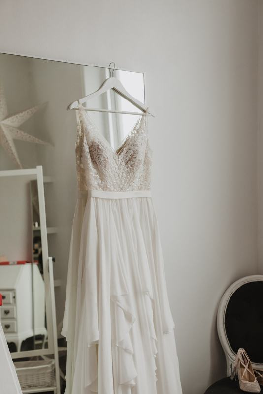 How to find your wedding dress at a sample sale