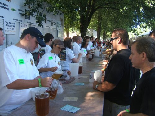 OBF2006: Volunteers pouring beer