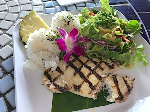 The Barefoot Beach Café is an open-air restaurant on the beach side of Kapiolani Park in Honolulu. Serving breakfast, lunch, and dinner with live music and weekend buffets.