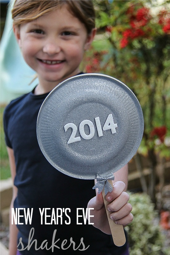 Paper Plate Shakers for New Year's Eve