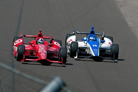 Dario Franchitti resists Takuma Sato into the final lap at Indianapolis (Photo Credit: Indycar/LAT USA)