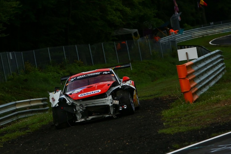 The Nordschleife claimed a number of casualties overnight including a front-running Porsche (Credit: Gruppe C)