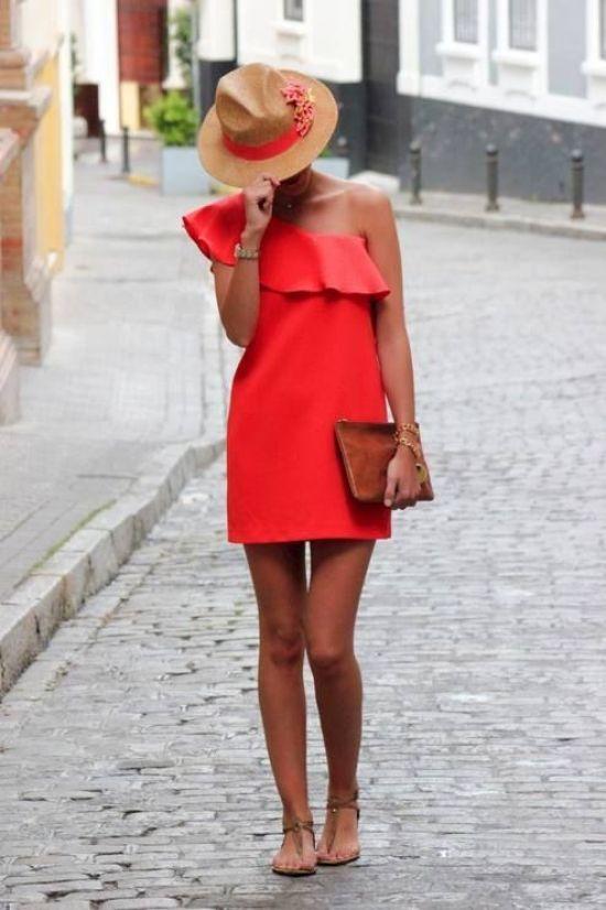 Look da giorno: abito monospalla e sandali bassi