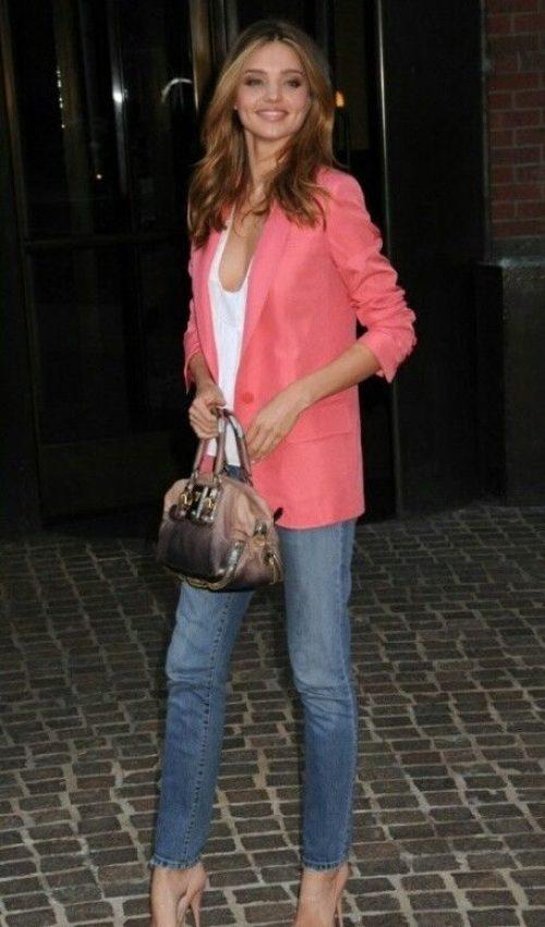Miranda Kerr con giacca corallo e jeans