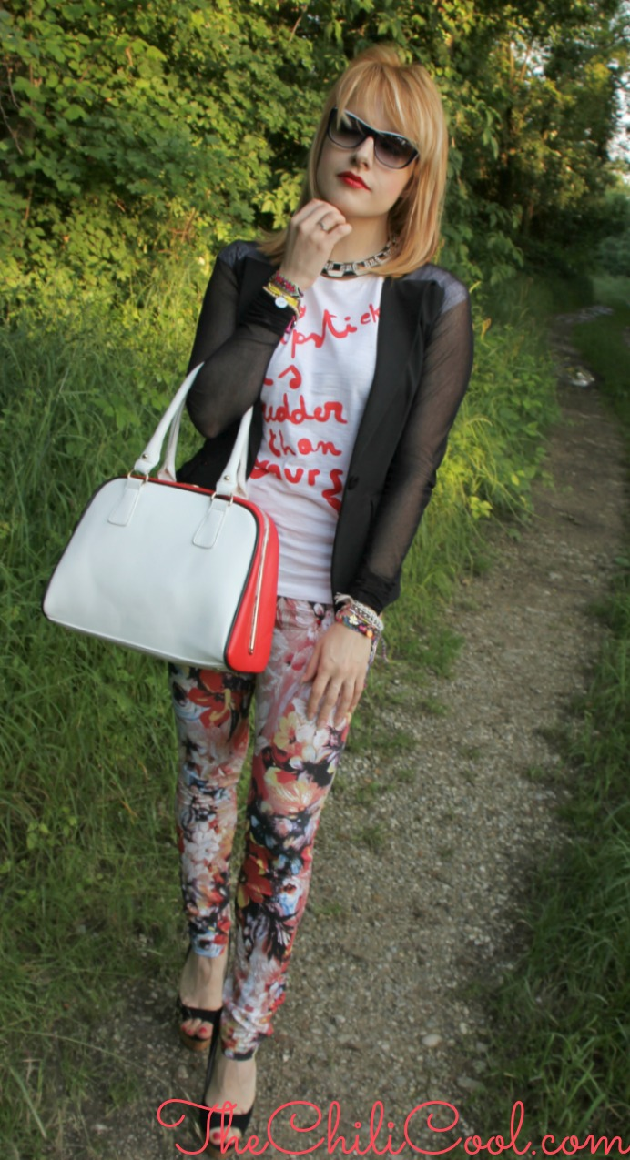 OUTFIT  Black and white e stampe floreali, tra rosso e maxi sunglasses