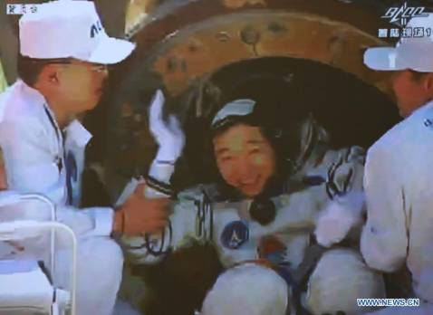 Shenzhou-9 spacecraft landed safely in Inner Mongolia