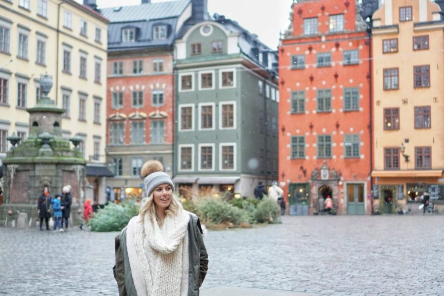 Winter Wonderland Lookbook; blonde in Gamla Stan Stockholm chunky knit scarf and beanie snowing
