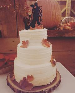 Rustic barn fall decoration and wedding cake