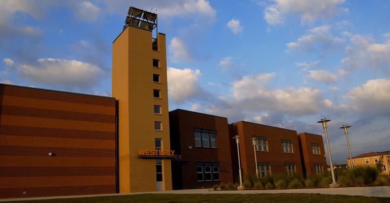 Una escuela metropolitana de Denver completa con un Marana centro comercial tipo de torre de guardia.