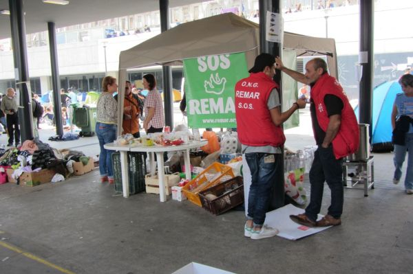 Help stations set up at Keleti Station