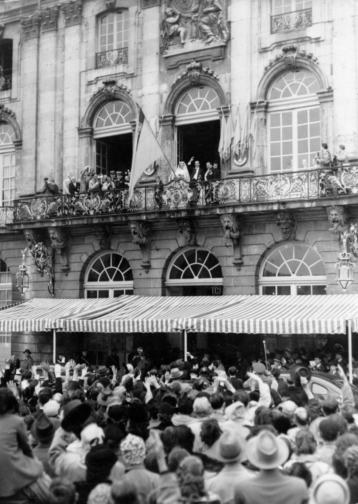 Archduke Otto and Archduchess Regina appear on the balcony following their wedding