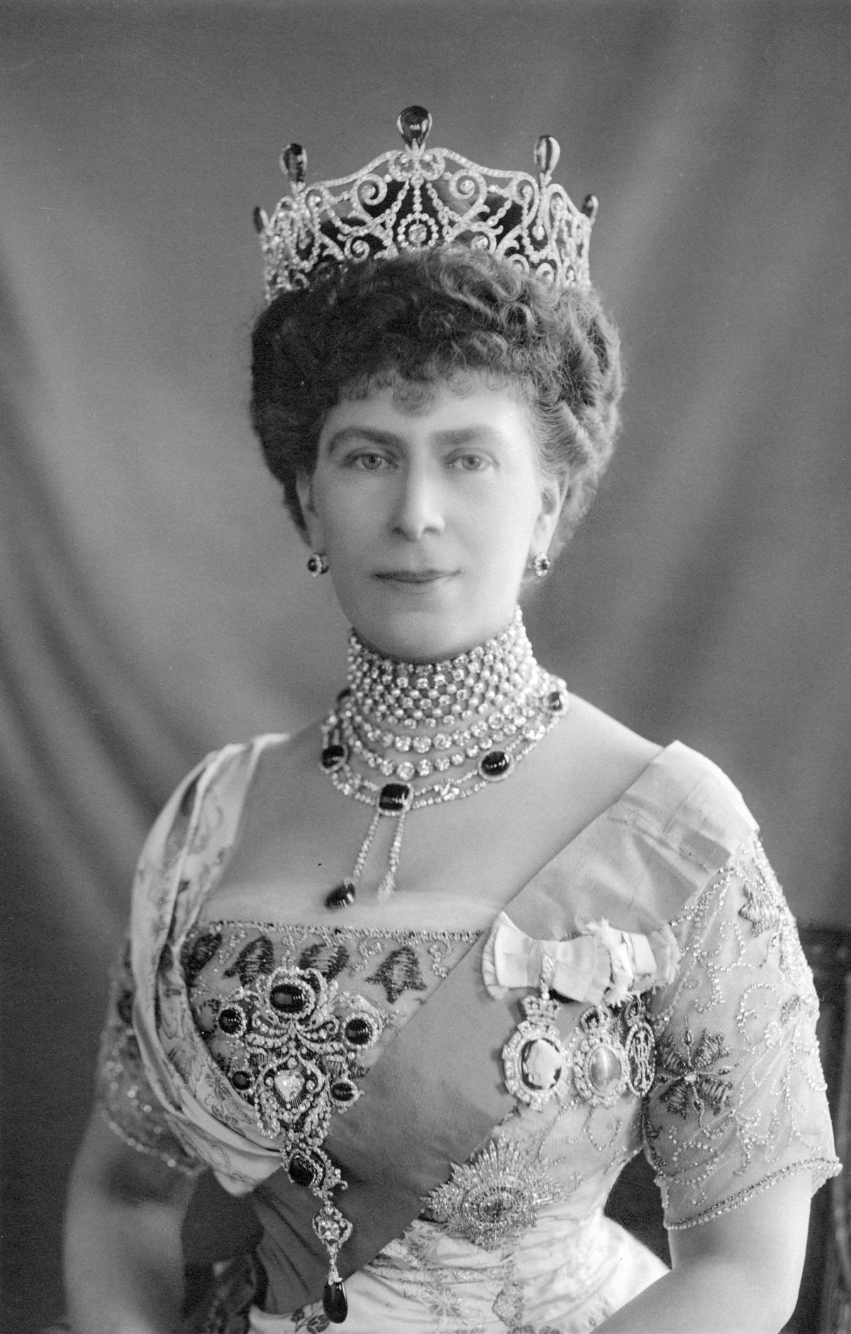 Photograph of Queen Mary wearing the Delhi Durbar tiara with emeralds, Dehli Durbar necklace and stomacher, plus the star of the Order of the Garter, ca. 1913