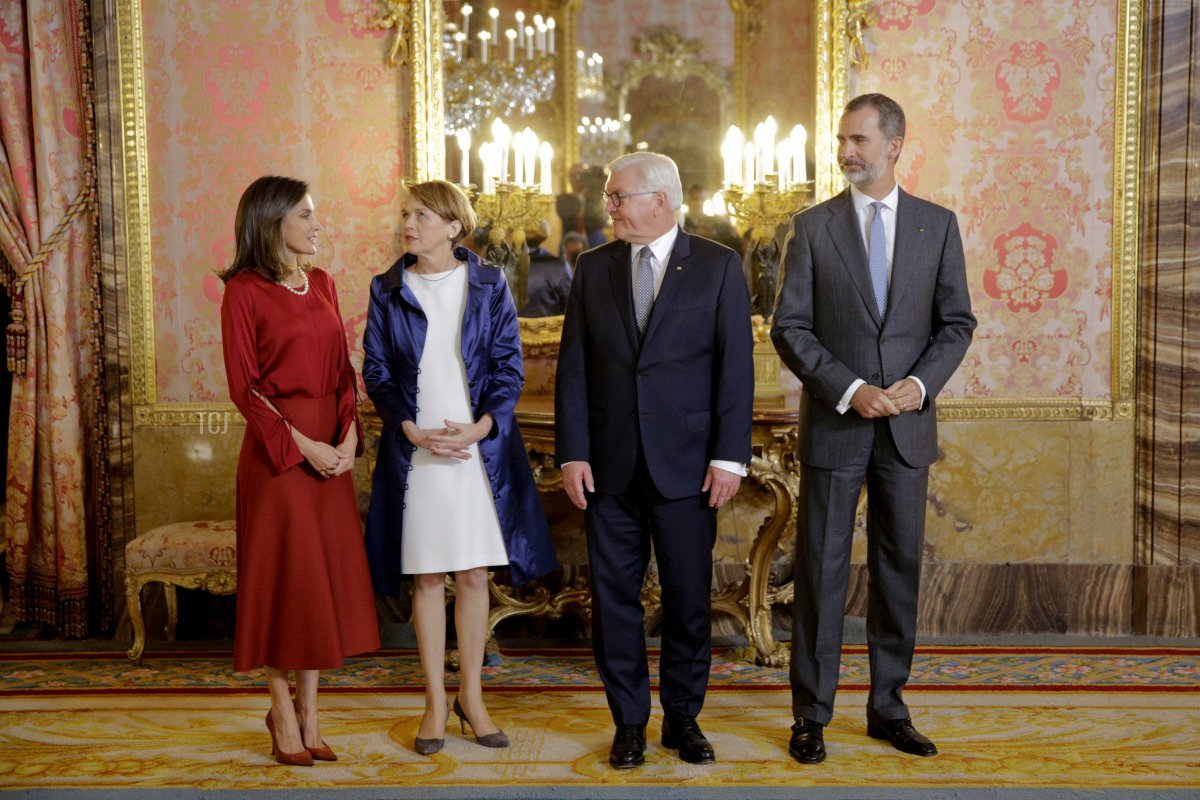 Spain´s King Felipe VI (R) and Queen Letizia (L) welcome German President Frank-Walter Steinmeier (2R) and his wife Elke Budenbende at the Royal Palace in Madrid on October 24, 2018