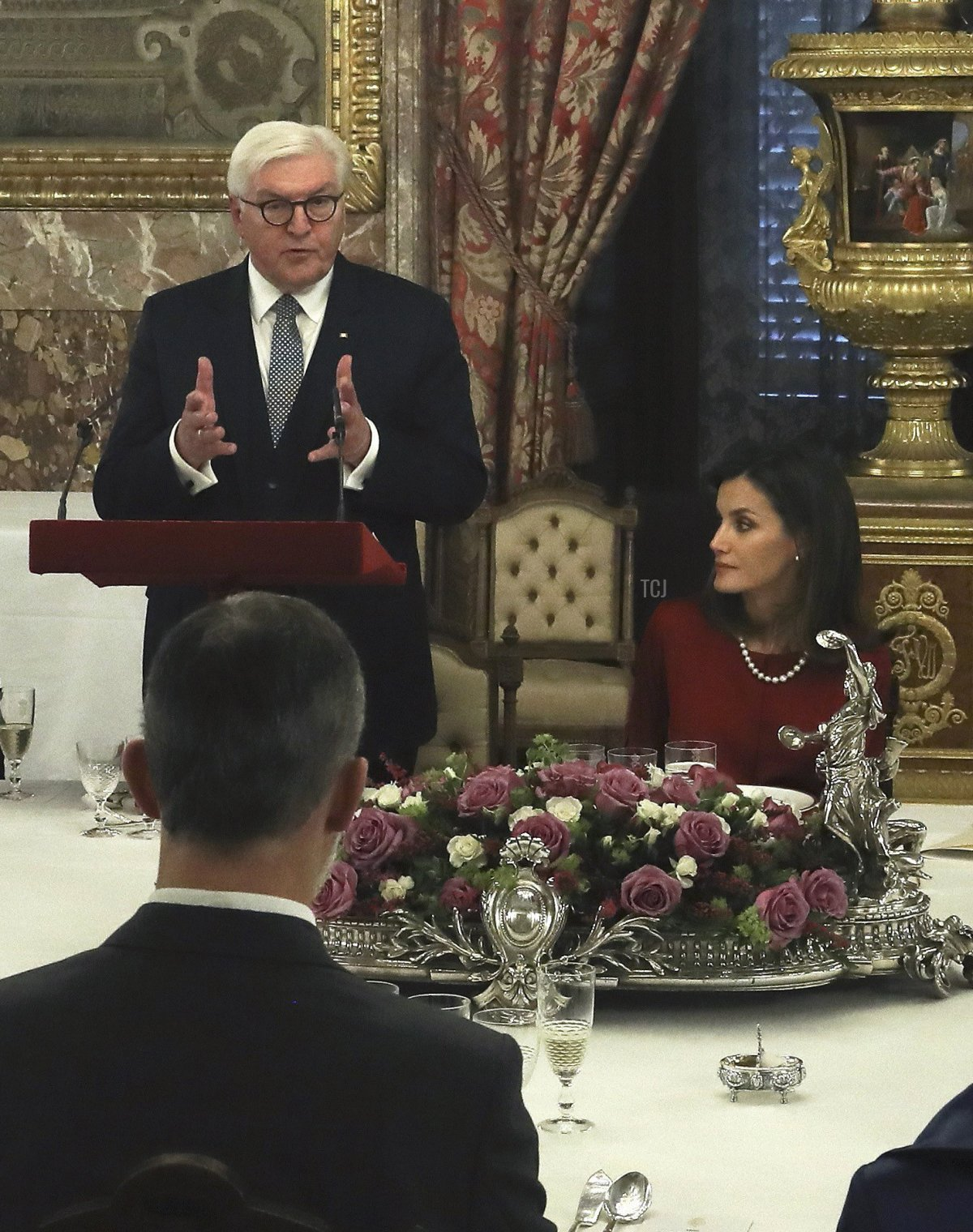 German President Frank-Walter Steinmeier (L) gives a speech next to Spain´s King Felipe VI and Queen Letizia during a lunch at the Royal Palace in Madrid on October 24, 2018