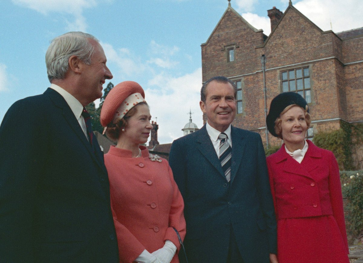 US President Richard Nixon (1913 - 1994, left) and British Prime Minister Edward Heath (1916 - 2005, centre) meet Queen Elizabeth II for lunch at Chequers, UK, 3rd October 1970