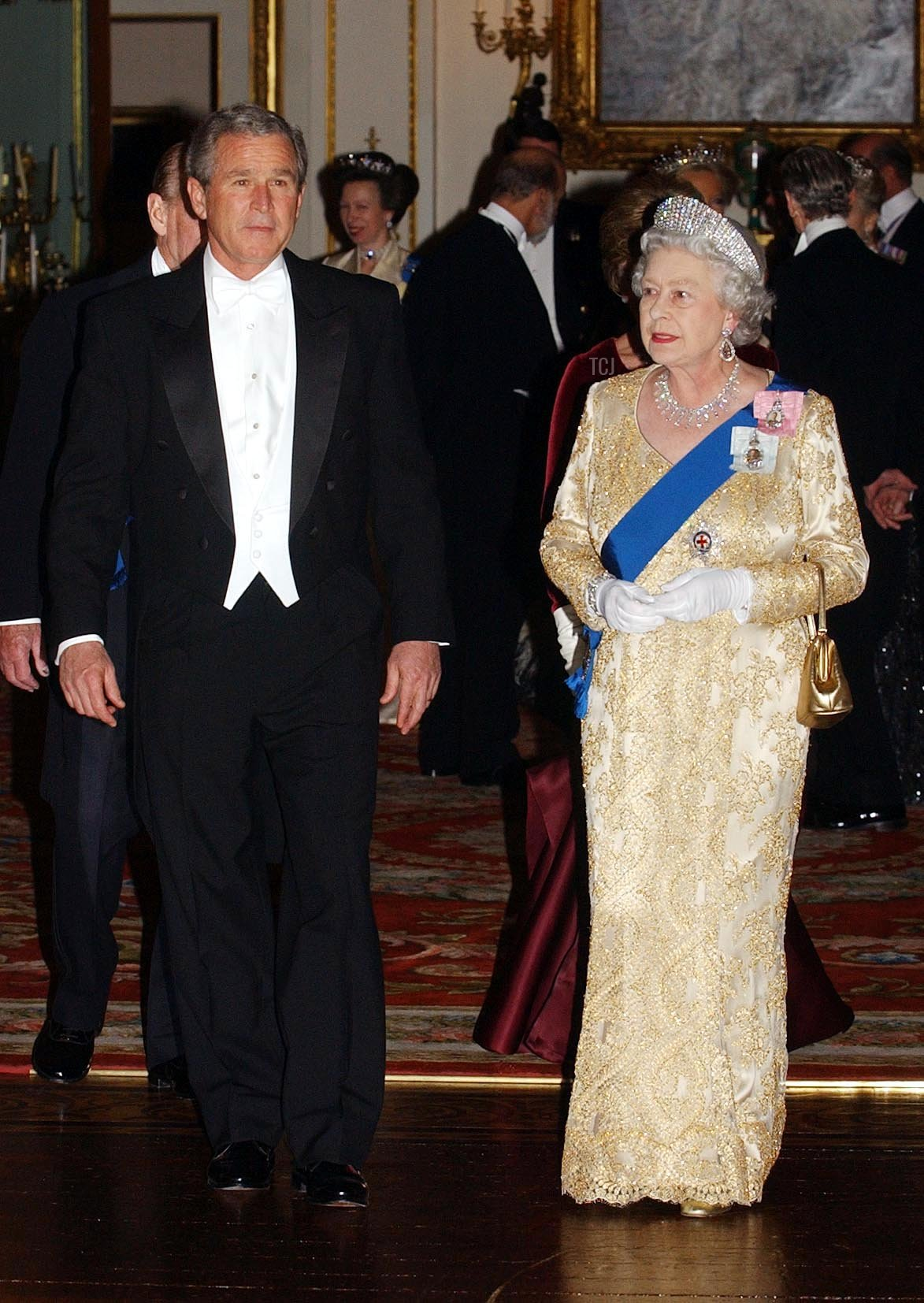 Britain's Queen Elizabeth II arrives with US President George W.Bush, 19 November 2003 for the Buckingham Palace state banquet in honour of the US President, during the first day of his four-day state visit to the U.K. Where the Queen told President George Bush tonight that Britain and the US stood firm in their determination to defeat terrorism