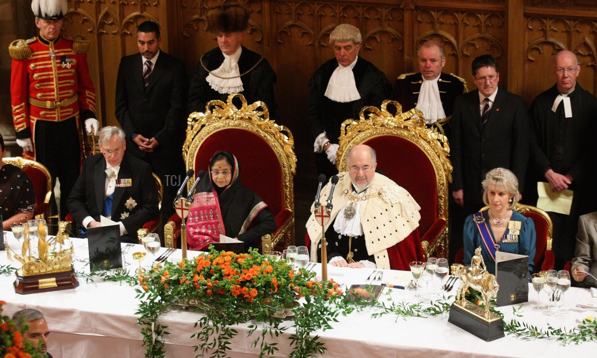 The President of the Republic of India Prathibha Devi Singh Patil and the Duke and Duchess of Gloucester sit down as they arrive at the Guildhall for a banquet on the second official day of the presidents State Visit on October 27, 2009 in London, England