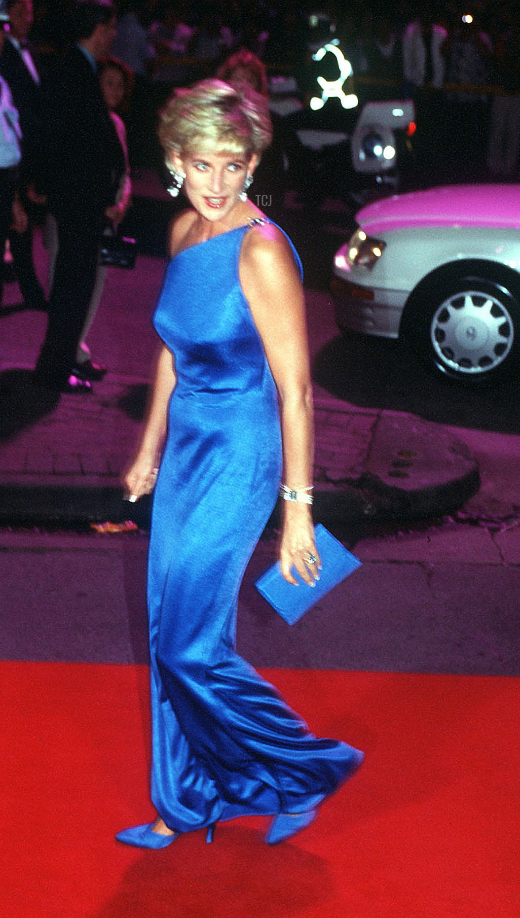 Diana, Princess of Wales, arrives at the Victor Chang Cardiac Research Institute dinner dance in Sydney on October 31, 1996 for her first engagement in Australia