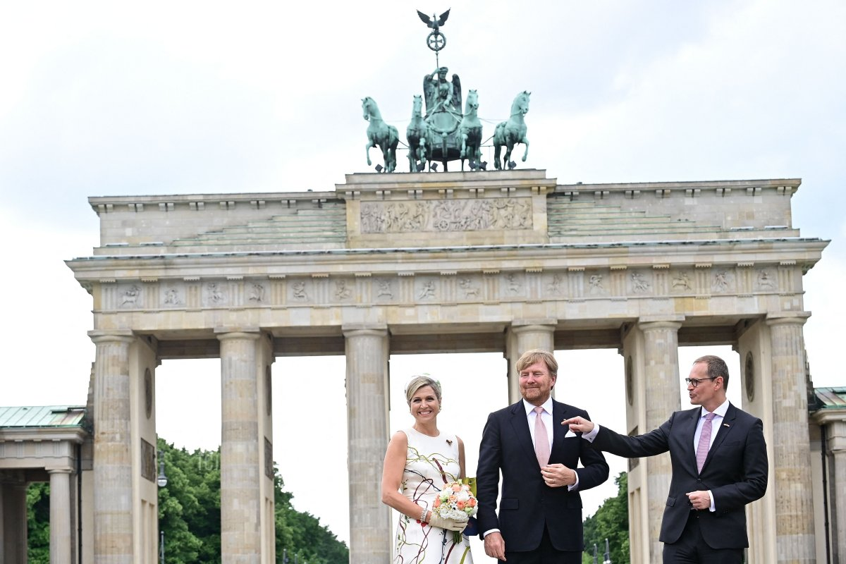 King Willem-Alexander and Queen Maxima of the Netherlands pose for photos with Berlin's Mayor Michael Mueller (R) in front of the landmark Brandenburg Gate in Berlin on July 5, 2021