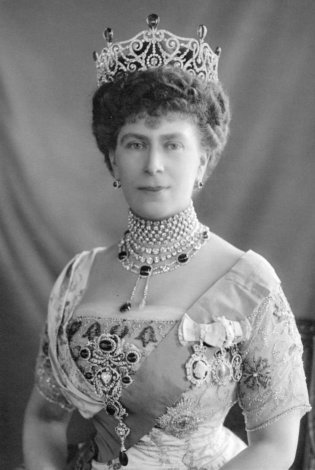 Queen Mary wears the Delhi Durbar Parure, ca. 1911